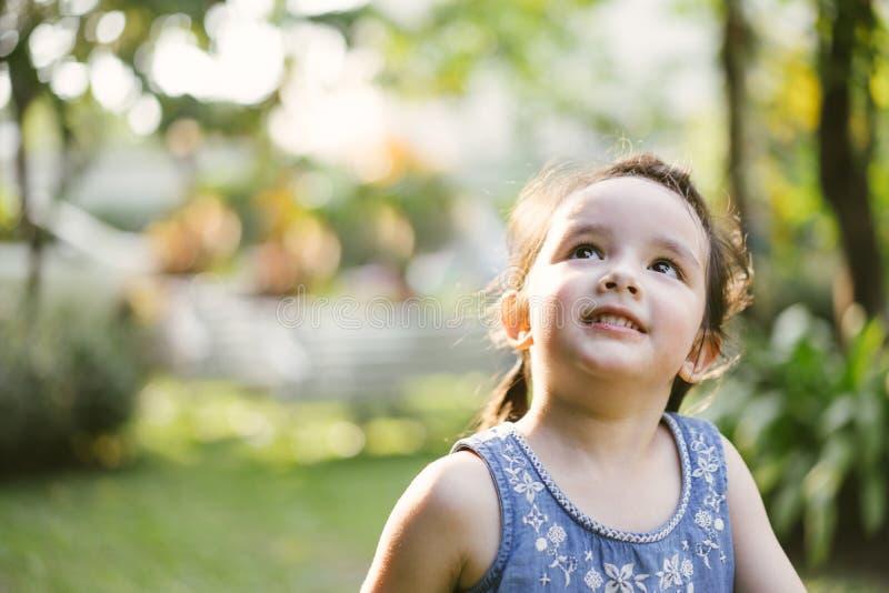 画象女孩在自然公园 查寻逗人喜爱的孩子 库存照片