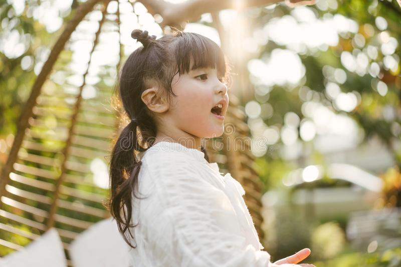 画象女孩在自然公园 逗人喜爱的孩子 图库摄影