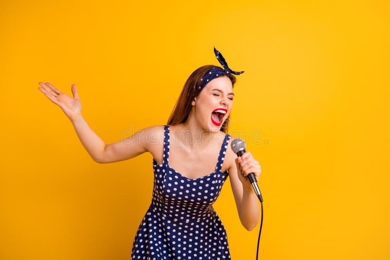 画象她她举行在手mic上的好可爱的可爱的讨人喜欢的少女快乐的爽快直发的夫人 库存照片