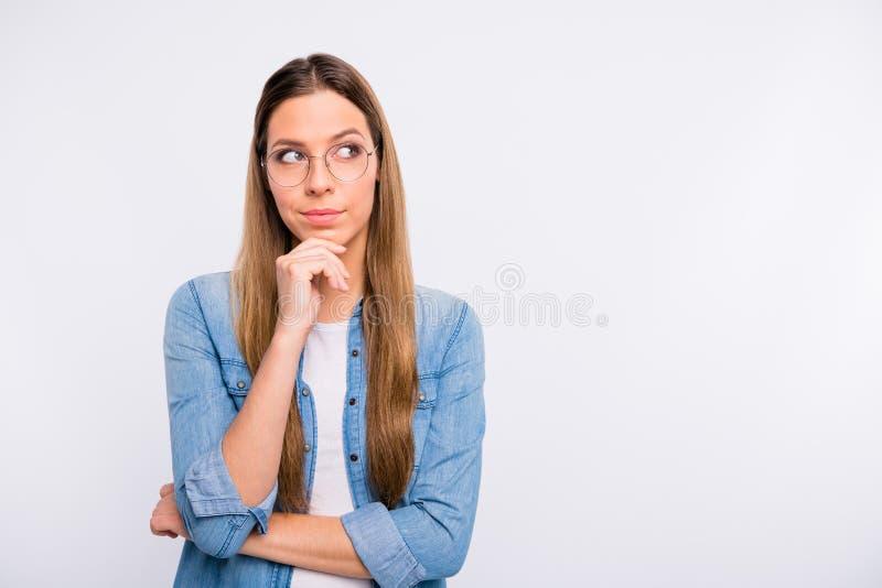 画象她她发现解答拷贝空间的nice-looking可爱的可爱的重视的严肃的镇静直发的夫人 库存图片