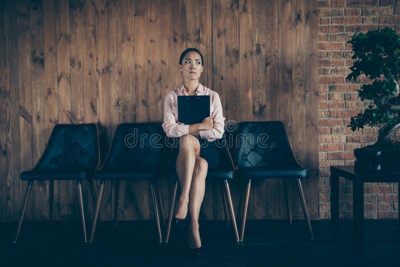 画象她她好可爱的典雅的时髦的夫人鲨鱼专家坐椅子会议任命在现代 免版税库存照片