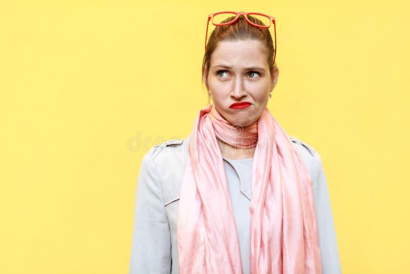 画象姜女孩秋天 佩带在外套和桃红色围巾, 库存照片