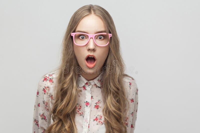 画象年轻白肤金发的女孩,看照相机,与惊奇的fa 免版税库存照片