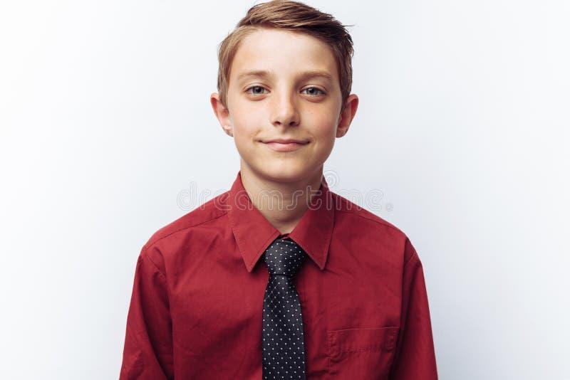 画象微笑的逗人喜爱青少年在白色背景,在红色衬衣,广告,文本插入物 库存照片