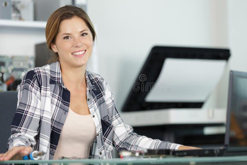 画象快乐的偶然女实业家在办公室 库存照片
