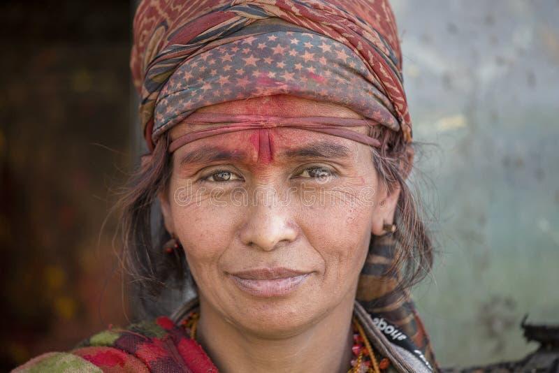 画象恶劣的衣裳的叫化子妇女在街道加德满都,尼泊尔 免版税库存图片