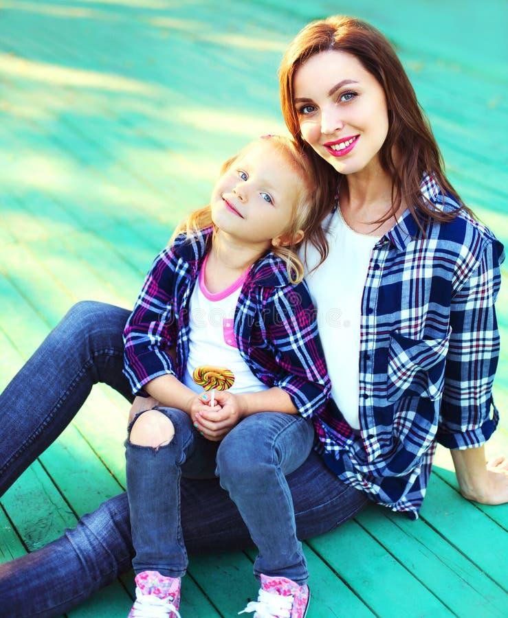 画象愉快的微笑的母亲和儿童女儿 免版税库存照片