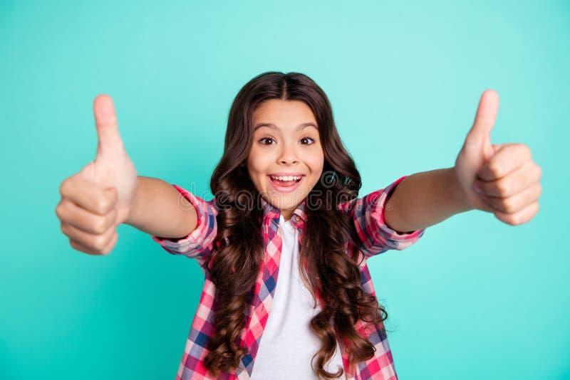 画象正面快乐的满意的凉快的美丽的时髦的孩子行给好广告挑选决定尖叫做广告 免版税库存图片