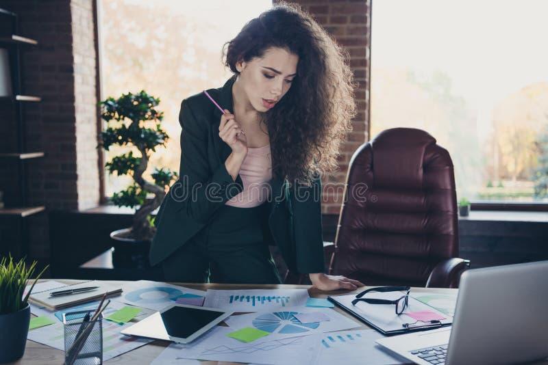 画象沉思重视的领导美好的长的卷曲波浪发领导企业查寻解答决定选择 库存图片