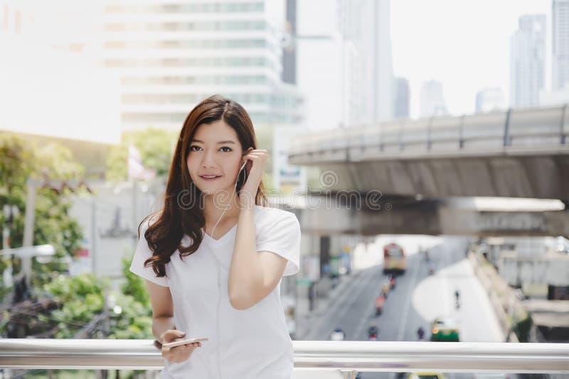 画象满足美丽的顾客妇女 迷人的美丽的wo 免版税库存图片