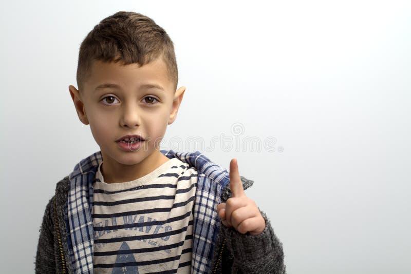 画象男孩想法显示手指  库存图片