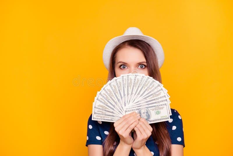 画象相当,迷住,在手中举行很多mone的女孩 免版税库存图片