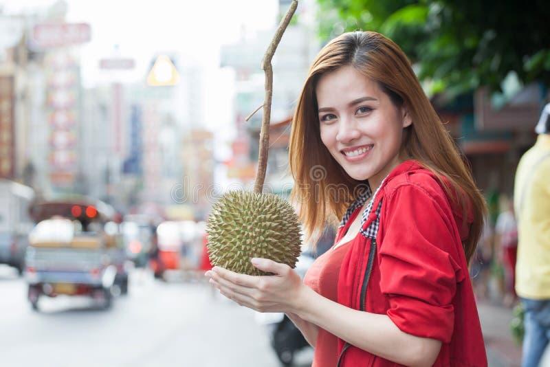 画象美丽的年轻亚裔妇女旅游旅客微笑 免版税库存照片