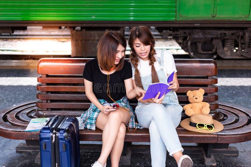 画象美丽的旅客妇女 美丽的妇女和朋友ar 免版税库存照片