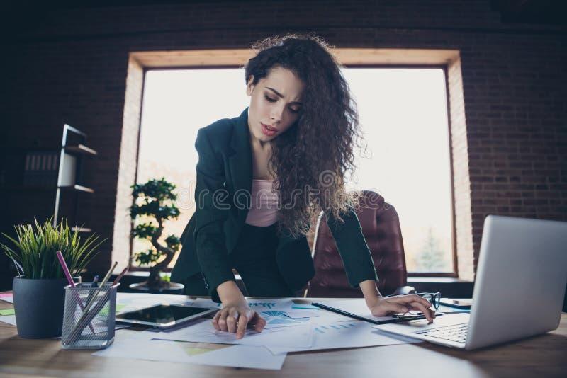画象聪明的沉思财务金融家立场桌准备介绍聪明的解答决定使用现代 免版税库存照片