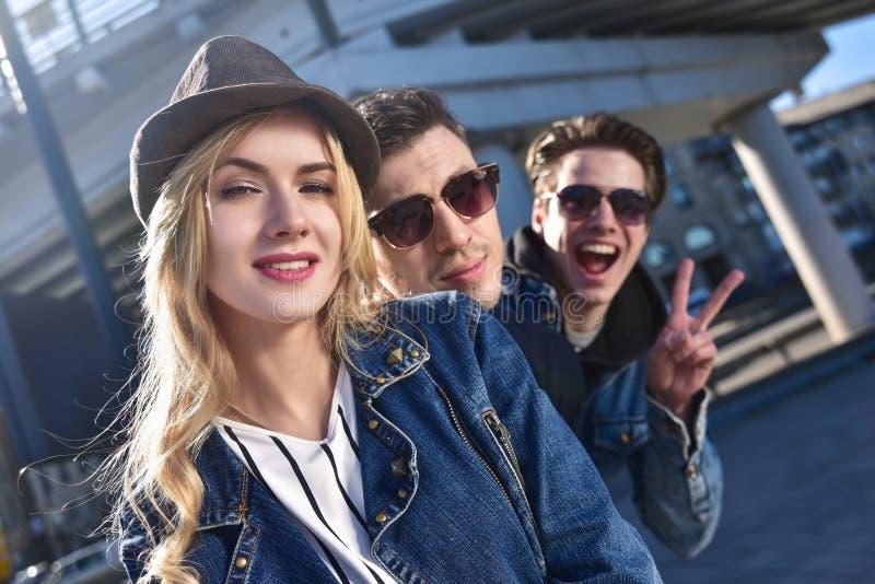 画象获得的sunglass的一个小组微笑和咧嘴朋友乐趣 免版税图库摄影