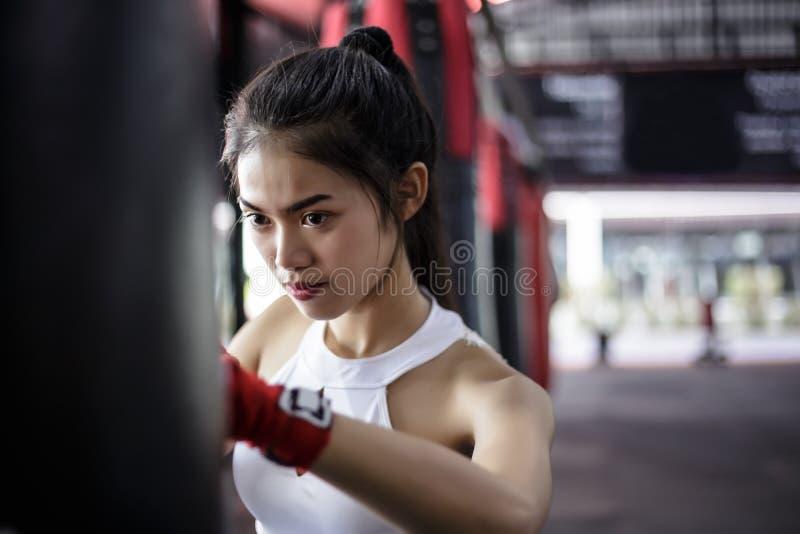 画象迷人的美丽的拳击手妇女:可爱的女孩是prac 库存照片