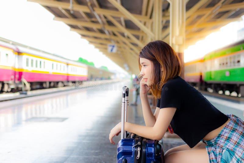 画象迷人的美丽的旅客妇女 美丽的查找妇女 库存图片