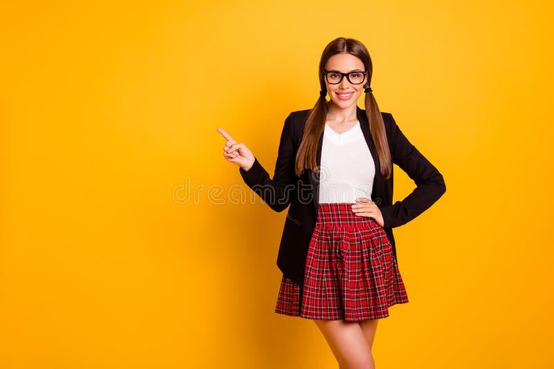 画象逗人喜爱的好的夫人青年时期劝告反馈建议挑选决定看起来直接eyewear镜片specs套头衫的广告 免版税库存图片
