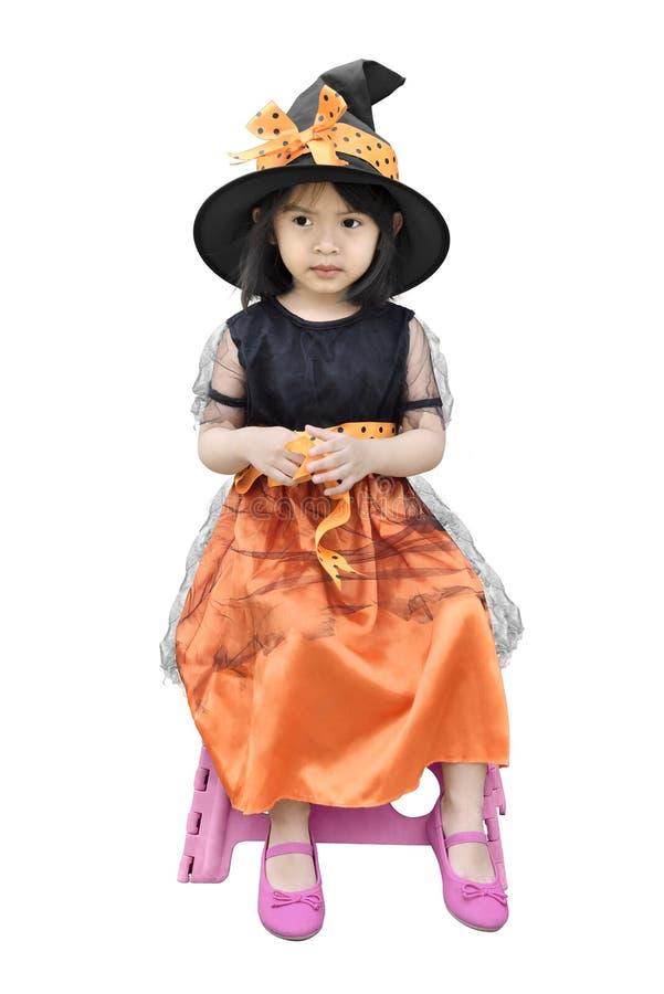 画象,如果有万圣夜巫婆礼服和帽子的亚裔小女孩 库存图片