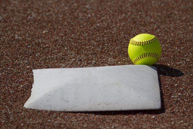 界内球Fastpitch垒球 库存图片