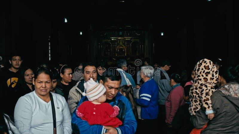 留下仪式的人们在地方教会在一正常星期日早晨 库存照片