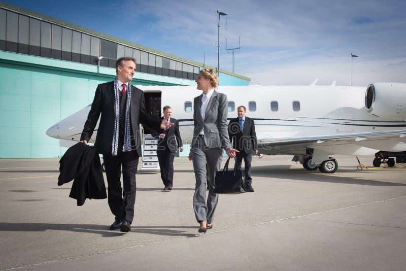 留下公司喷气机的行政企业队 库存照片