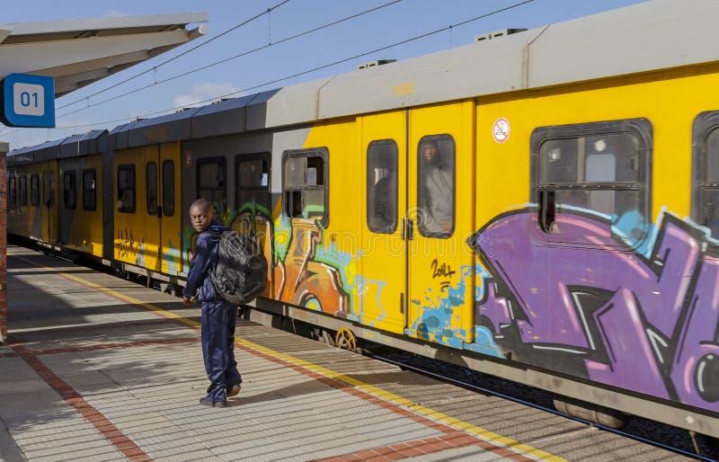 留下地铁火车的一个年轻男孩在Kalk海湾驻地南非 免版税图库摄影