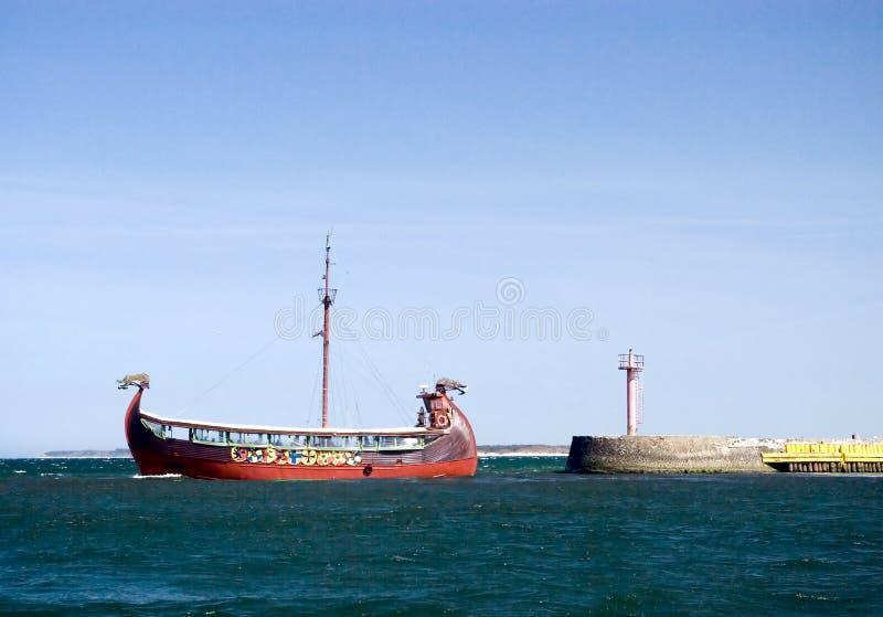 留下端口船北欧海盗 免版税库存图片