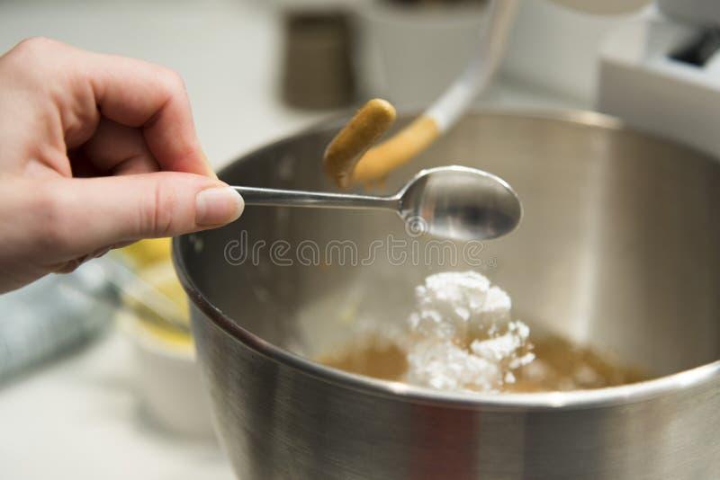 留下茶匙的发酵粉 免版税库存照片