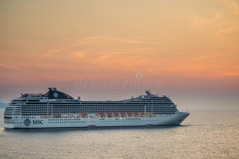 留下阿尔巴尼亚海岸的巡航划线员在Saranda附近 免版税库存照片