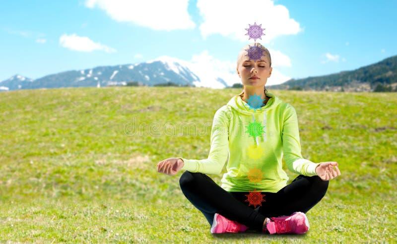 做瑜伽的妇女户外 免版税库存图片