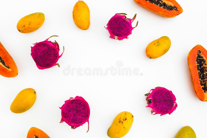 番木瓜、芒果和龙果子食物框架在白色背景的 平的位置 顶视图 热带水果概念 免版税库存图片