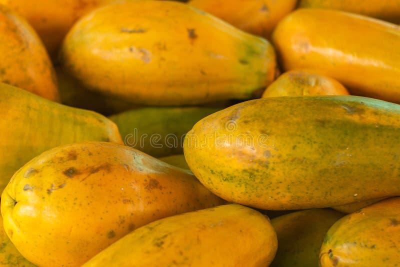 番木瓜在市场上 橙色黏浆状物质果子与不计其数的小种子的 异乎寻常的热带水果 免版税图库摄影