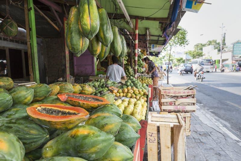 番木瓜在热带市场上在Yogjakarta,印度尼西亚 库存照片