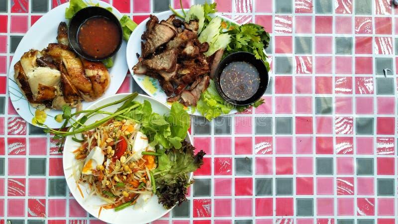 番木瓜沙拉和烤鸡和烤猪肉 免版税库存照片