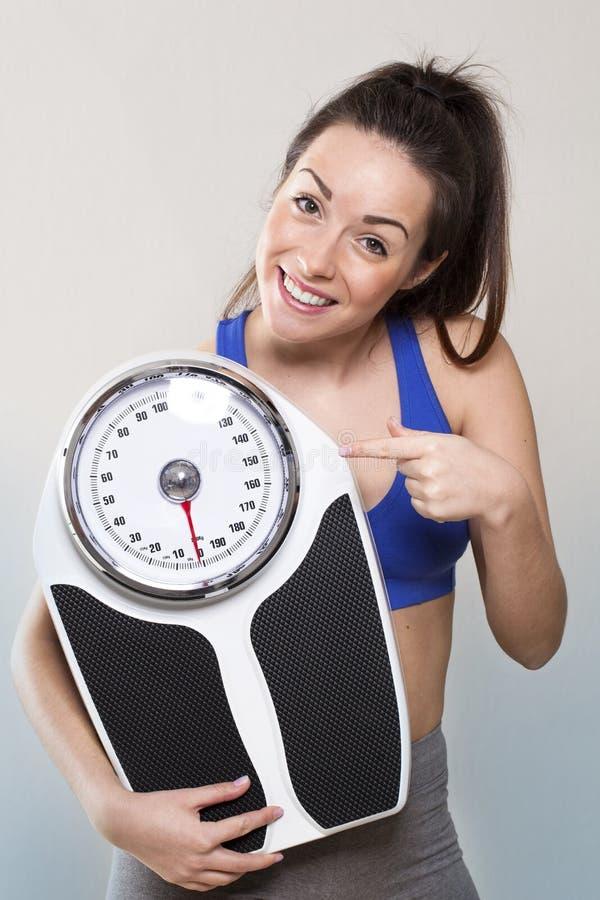 疏松重量的骄傲的少妇训练  免版税库存照片