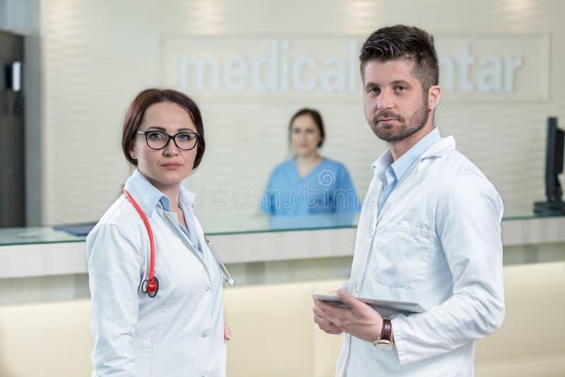 医疗人员有论述在现代医院走廊 库存图片