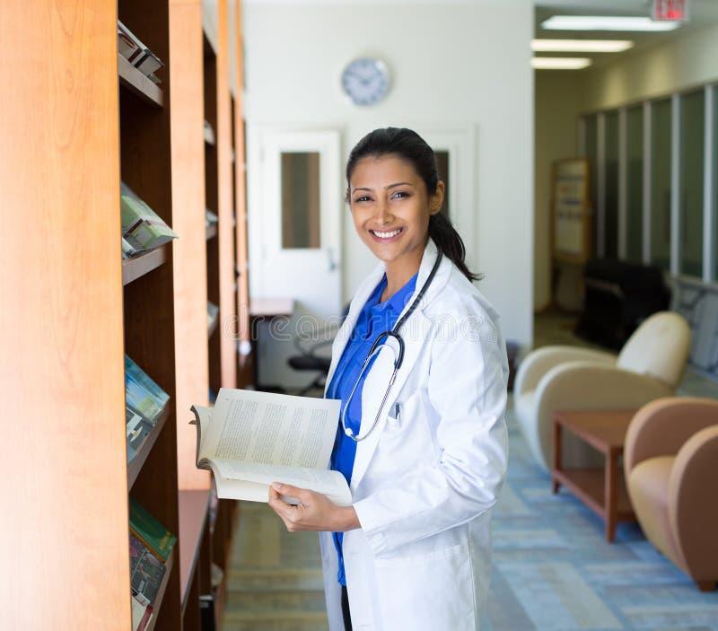 医疗保健专业读书 免版税库存图片