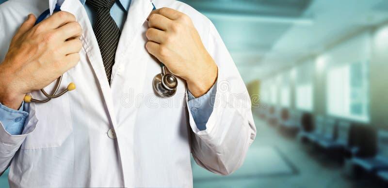 医疗保健和医学概念 无法认出的男性医生Holds Hands On Stethoscope 库存图片