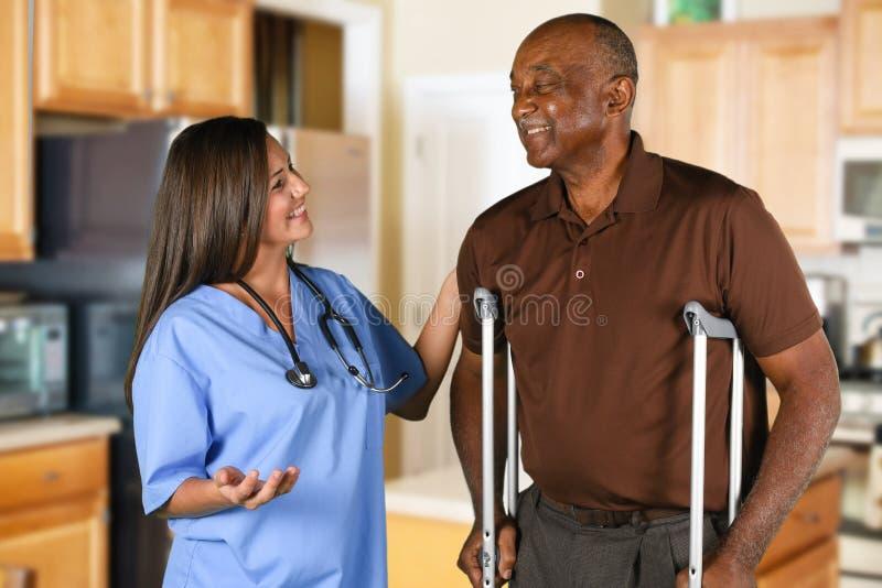 医疗保健工作者和年长患者 库存图片