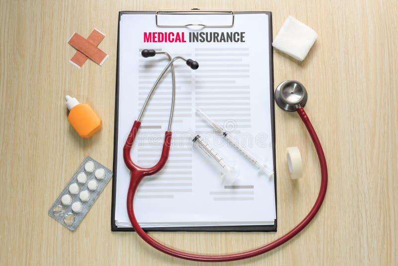 医疗保险政策顶视图与听诊器, hypodermi的 免版税库存图片