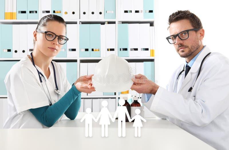 医疗健康保险概念,有家庭象的医生手 免版税库存照片