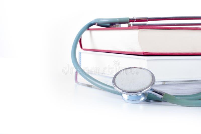 医疗教育,听诊器的概念与书的 库存图片