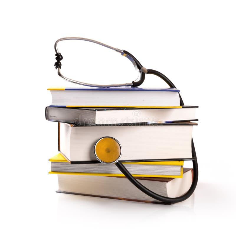 医疗教育-堆与听诊器的书在白色 免版税库存照片