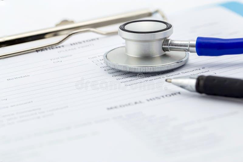 医疗查询表、听诊器和笔 图库摄影