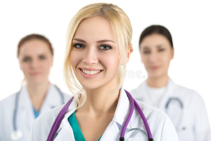 医疗茶围拢的年轻白肤金发的女性医生画象  免版税库存图片