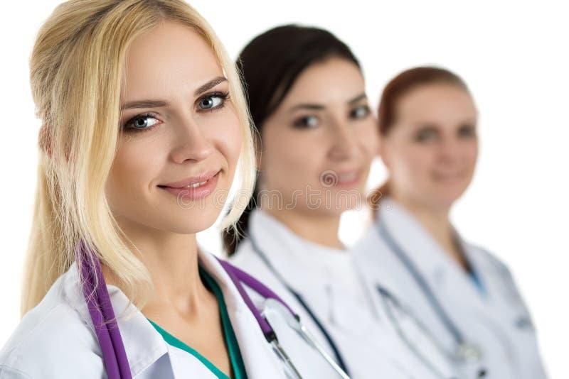 医疗茶围拢的年轻白肤金发的女性医生画象  库存照片