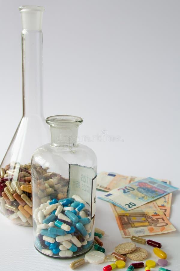 医疗药片在金钱 库存图片