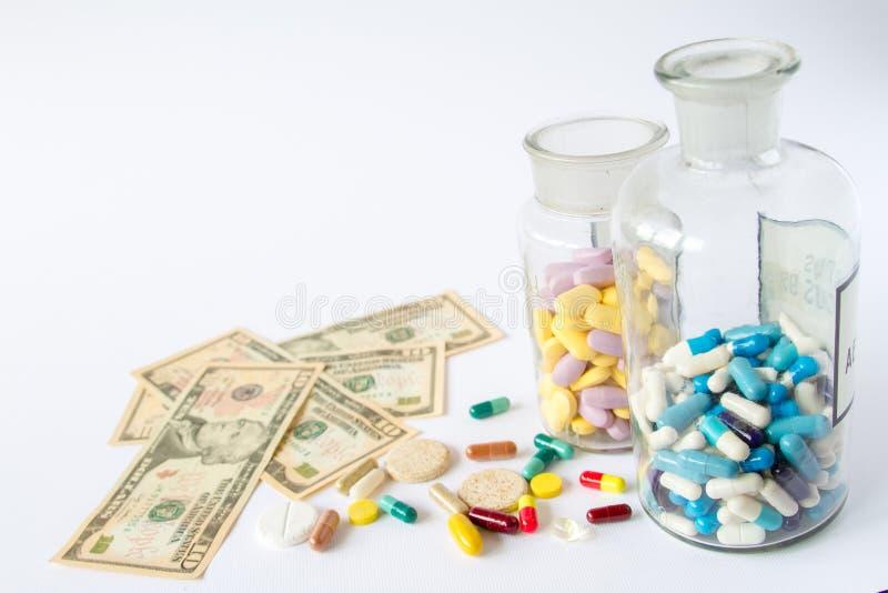 医疗药片在金钱 图库摄影